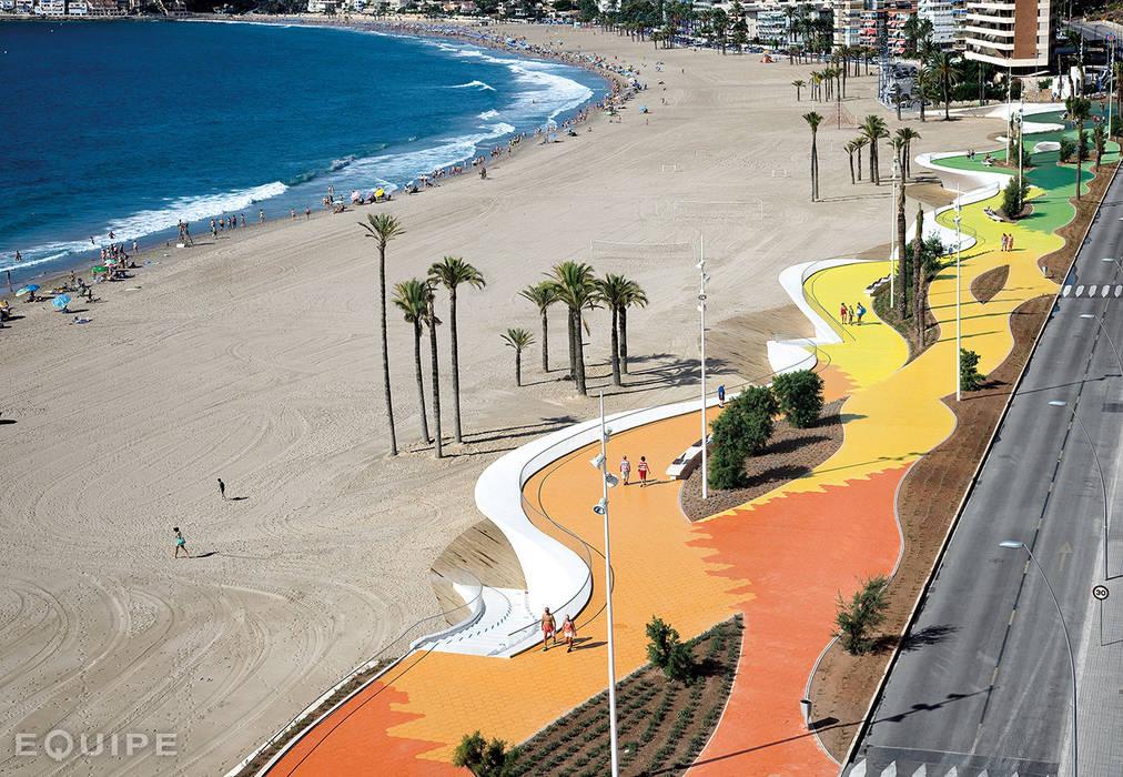 Sfera, Circular floor tile. Beach Promenade Benidorm: Centros comerciales de estilo  de Equipe Ceramicas
