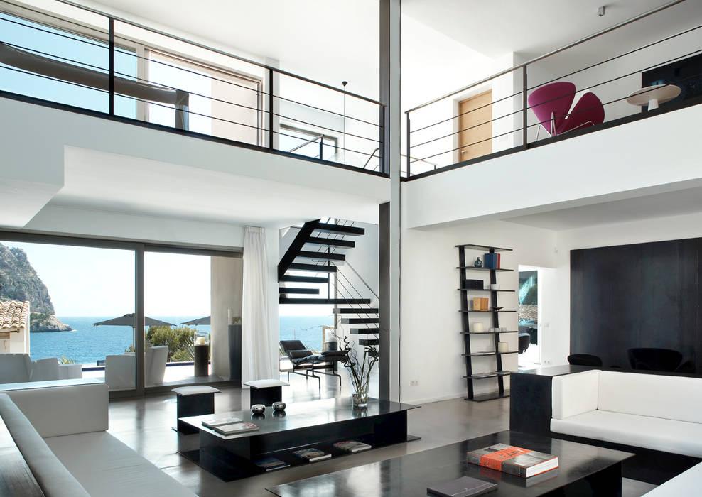House at Andratx Phòng khách phong cách tối giản bởi Octavio Mestre Arquitectos Tối giản