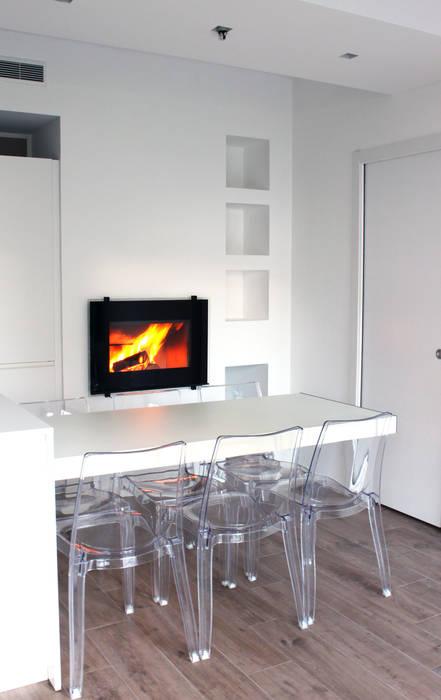 Ristrutturazione di un appartamento con cucina a vista: sala da ...