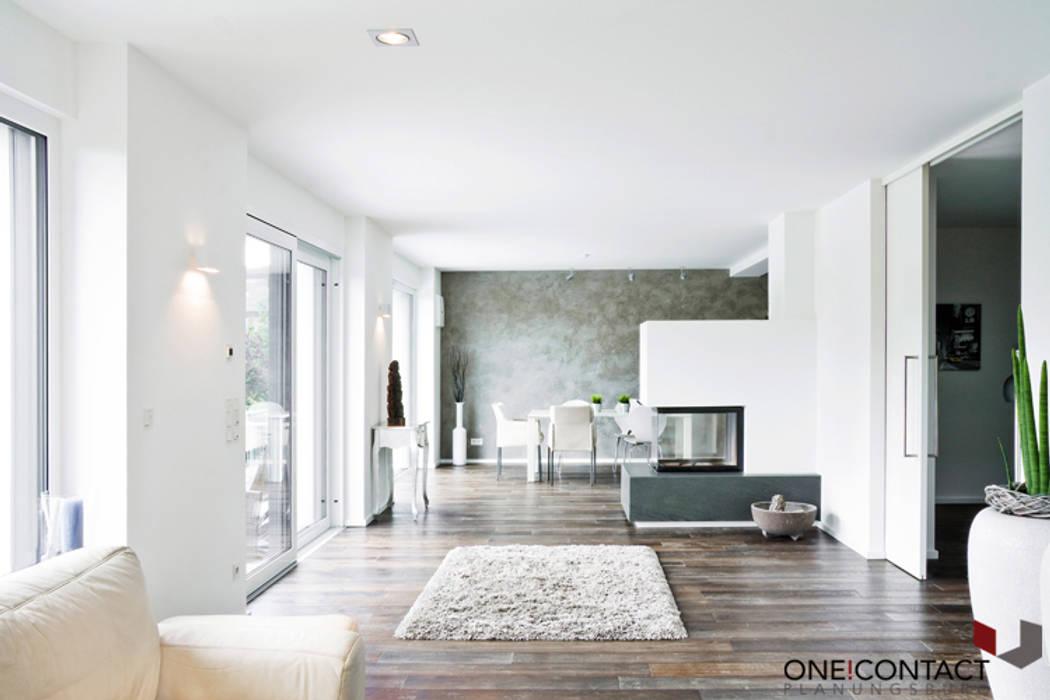 TANZ AUS DER REIHE:  Wohnzimmer von ONE!CONTACT - Planungsbüro GmbH