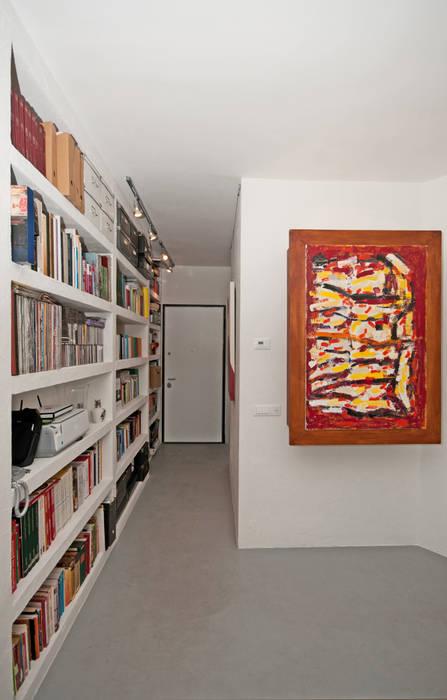Modern Corridor, Hallway and Staircase by Fabiola Ferrarello architetto Modern