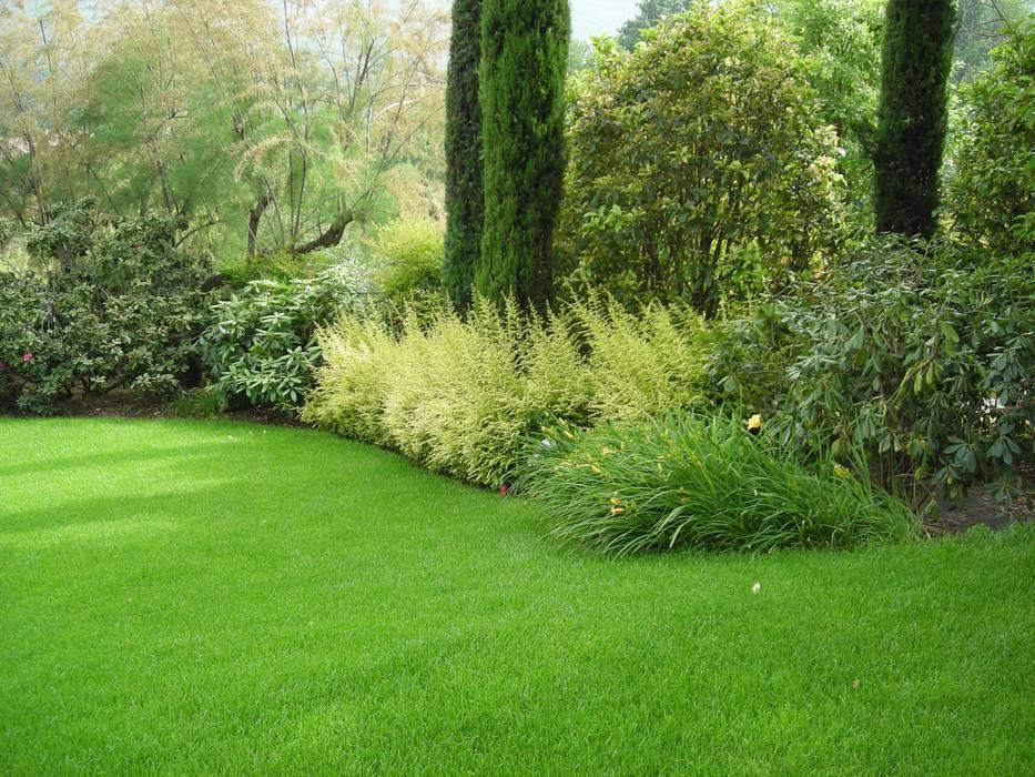 Nuovo giardino con piscina in collina Studio Green Design Giardino moderno