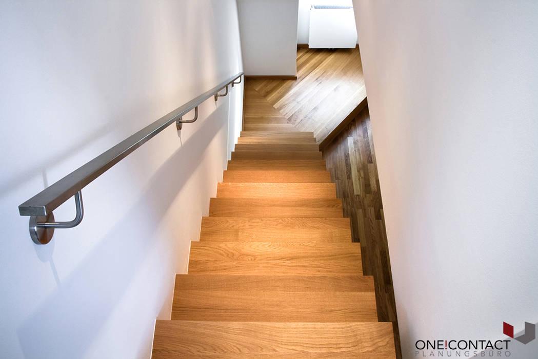 Pasillos, vestíbulos y escaleras de estilo moderno de ONE!CONTACT - Planungsbüro GmbH Moderno