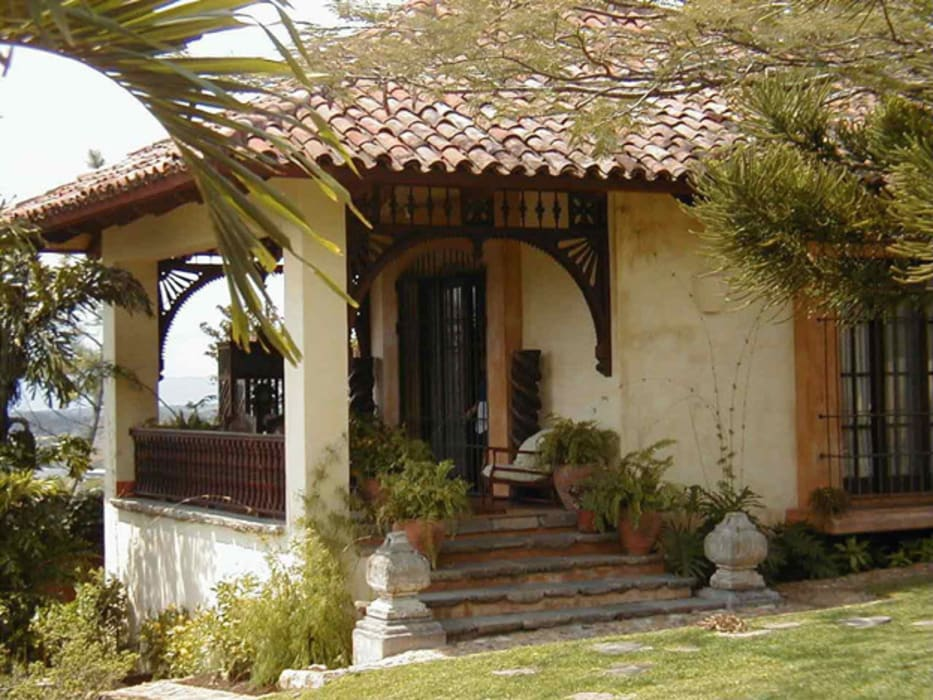 Fachada con remates de granito Casas de estilo mediterráneo de Anticuable.com Mediterráneo