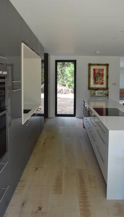 Side view of kitchen with Bespoke Kitchen Island:  Kitchen by ArchitectureLIVE