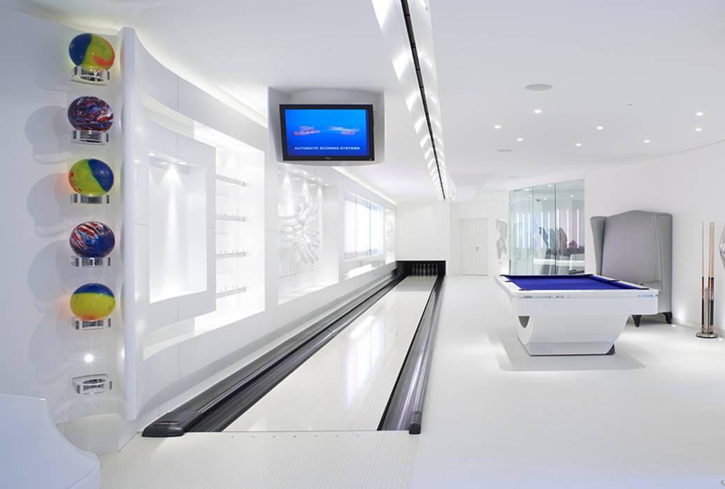 Basement bowling alley and gym โดย zenotti โมเดิร์น