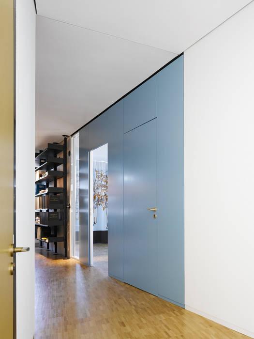 GARDEROBE/SCHRÄNKE Minimalistische Bürogebäude von mori Minimalistisch