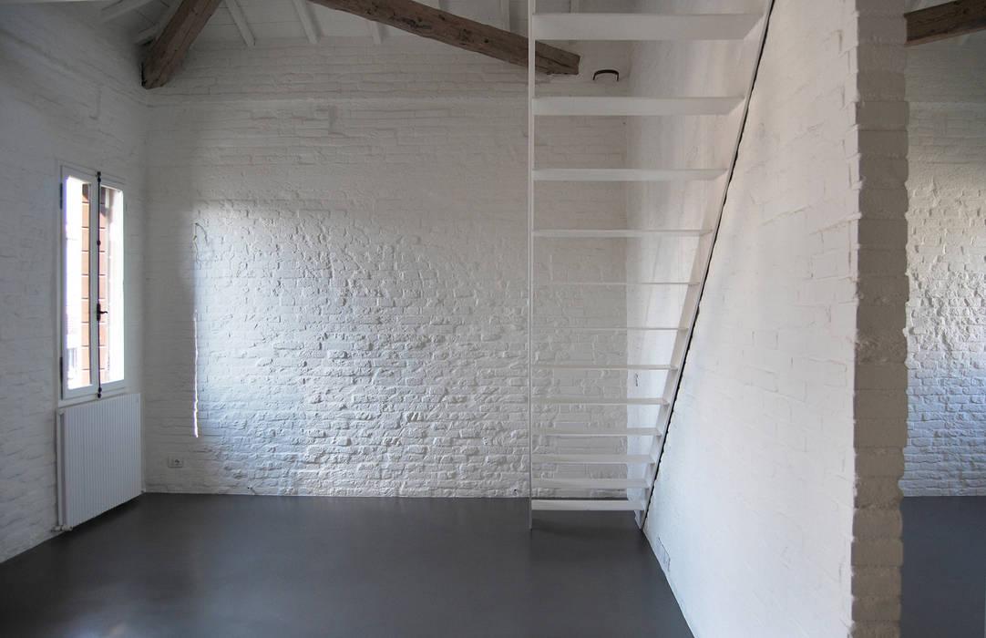 Corridor, hallway & stairs by Bertolone+Plazzogna Architetti