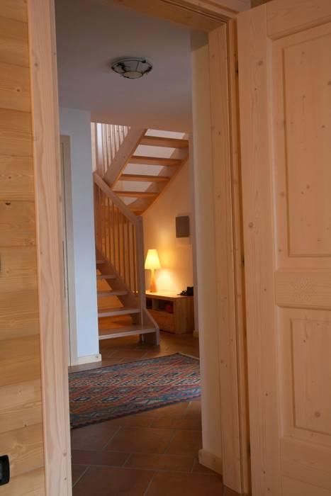 Pasillos, vestíbulos y escaleras de estilo rústico de Cubisoft Rústico