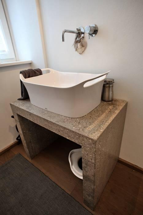il bagno di servizio: Bagno in stile in stile Moderno di luca pedrotti architetto