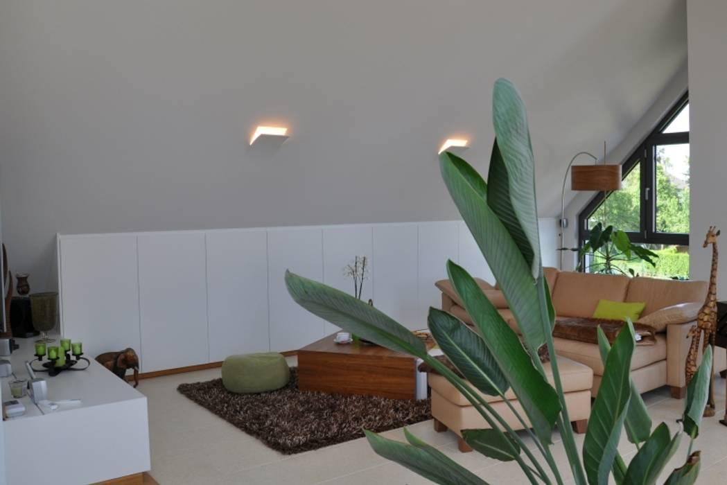Wohnbereich : moderne Badezimmer von RÄUME + BAUTEN