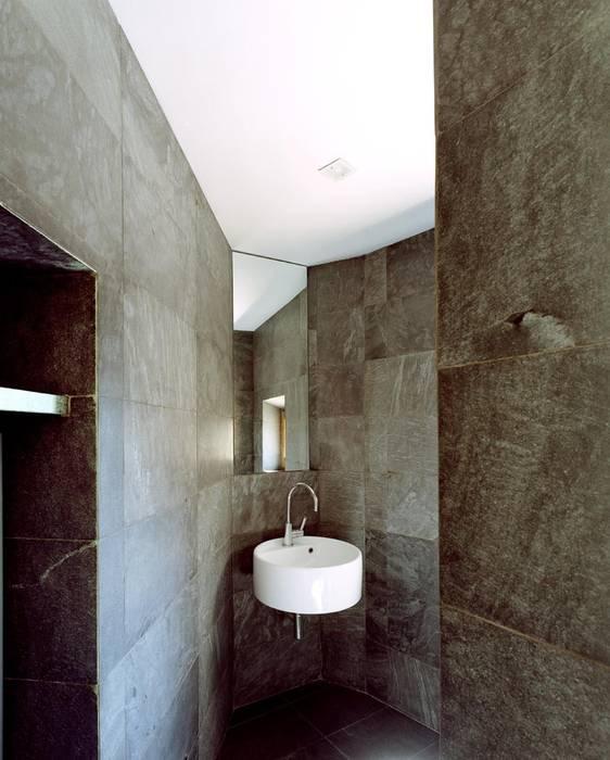 A1 house Baños de estilo moderno de vps architetti Moderno