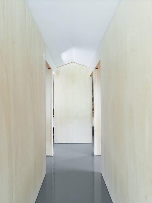 Modern corridor, hallway & stairs by Studio Zero85 Modern