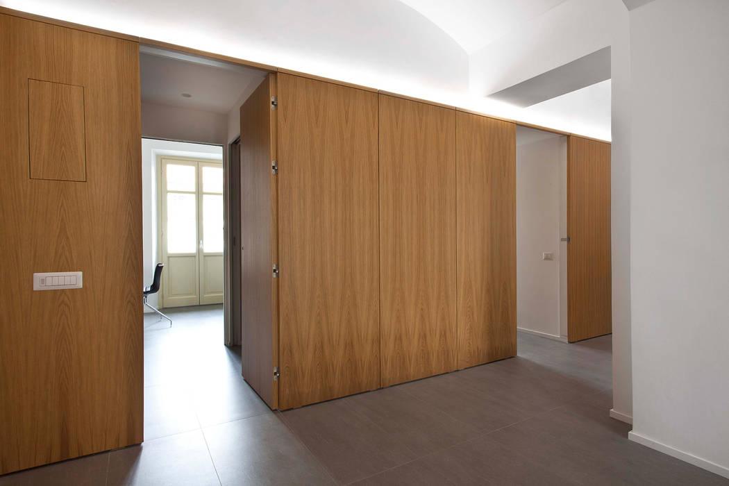 Corridor and hallway by studioata, Modern