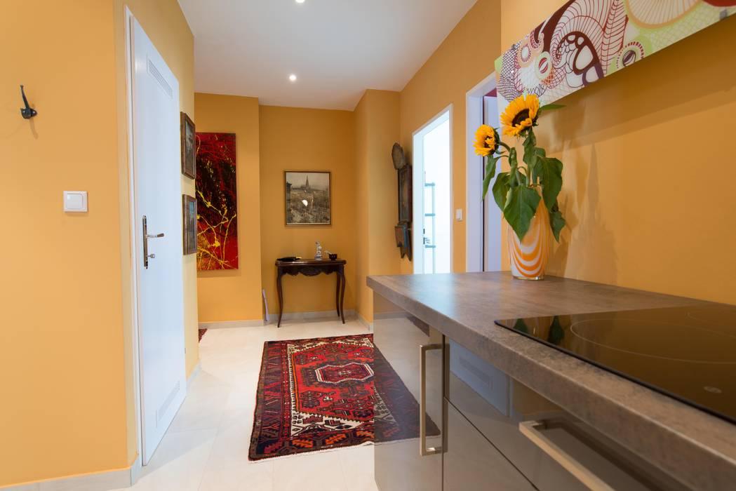 Künstleratelier - Foyer mit Küche:  Flur & Diele von Elke Altenberger Interior Design & Consulting