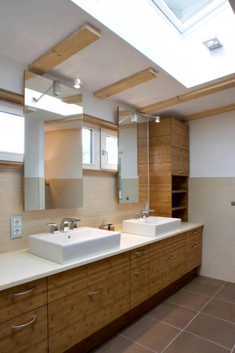 Wohnhaus in Holzkirchen bei München:  Badezimmer von PLANUNG-RAUM-DESIGN Anne Batisweiler
