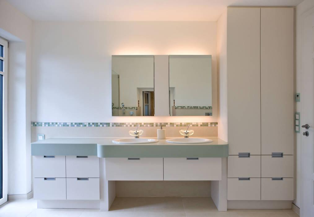 Wohnhaus in Holzkirchen bei München Moderne Badezimmer von PLANUNG-RAUM-DESIGN Anne Batisweiler Modern
