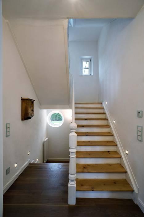 Wohnhaus in Holzkirchen bei München Klassischer Flur, Diele & Treppenhaus von PLANUNG-RAUM-DESIGN Anne Batisweiler Klassisch