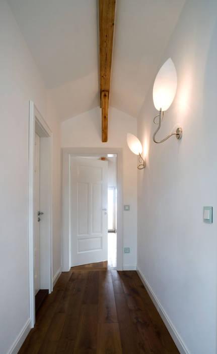 Wohnhaus in Holzkirchen bei München Moderner Flur, Diele & Treppenhaus von PLANUNG-RAUM-DESIGN Anne Batisweiler Modern