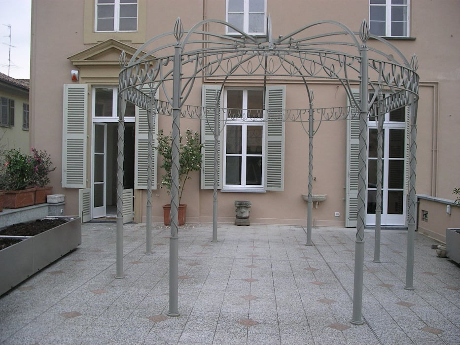 """"""" Classico con esuberanza """" - terrazza di pertinenza a dimora neoclassica Balcone, Veranda & Terrazza in stile classico di MASSIMO SEMOLA PROGETTAZIONE GIARDINI MILANO Classico"""