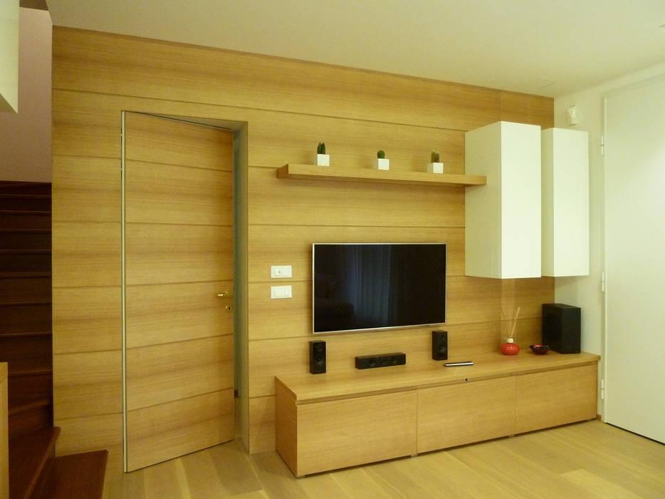 La parete tv: Soggiorno in stile in stile Moderno di Studio Massimo Rinaldo architetto