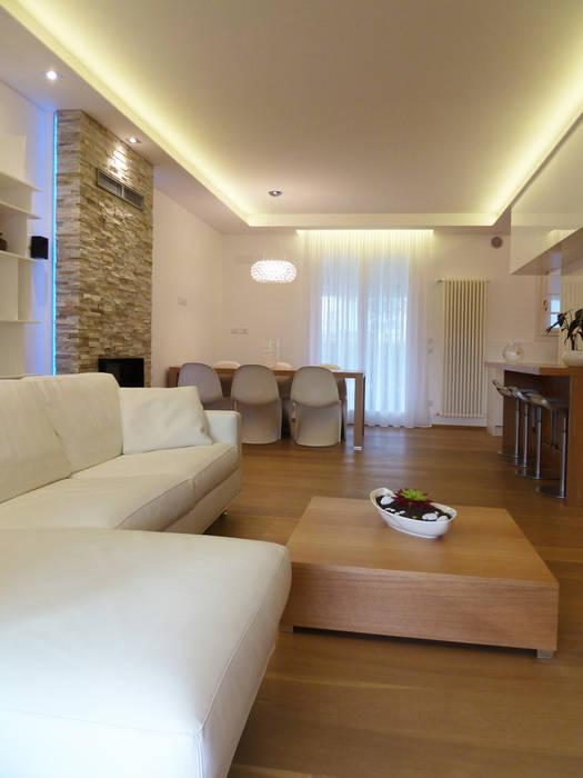 Vista d'insieme dalla nuova portafinestra Soggiorno moderno di Studio Massimo Rinaldo architetto Moderno