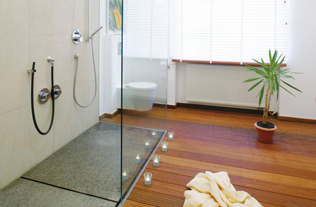 bodengleiche Duschen: modern  von baqua GmbH  Manufaktur für Bäder,Modern
