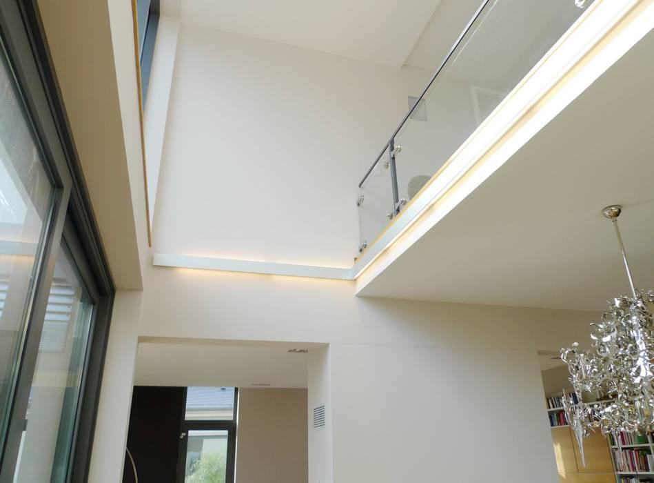 Villa in Saarbrücken:  Flur & Diele von Bolz Licht & Design GmbH