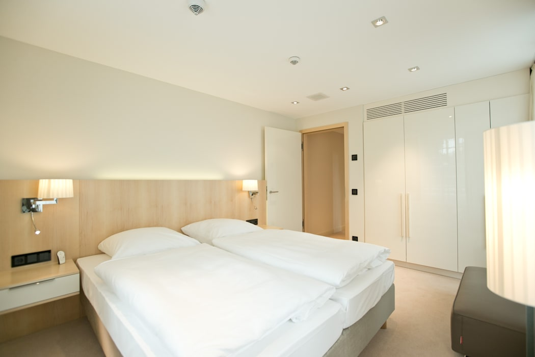 Schlafraum Gästesuite Hotel Große Ledder Herrenhaus, Wermelskirchen Moderne Hotels von Topali Innenarchitektur Modern