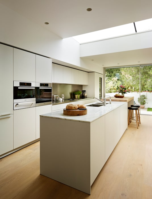 Pure elegance:  Kitchen by Kitchen Architecture