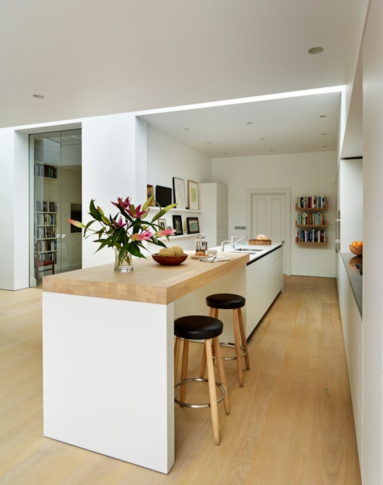 Pure elegance: modern Kitchen by Kitchen Architecture