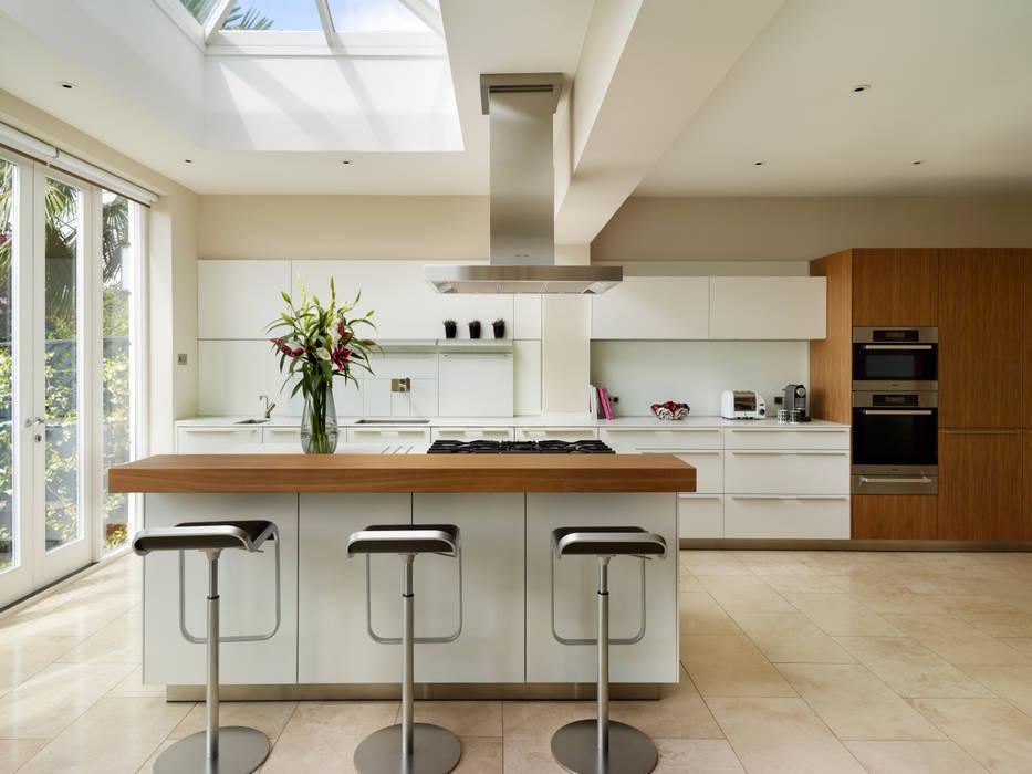 Contemporary townhouse: modern Kitchen by Kitchen Architecture