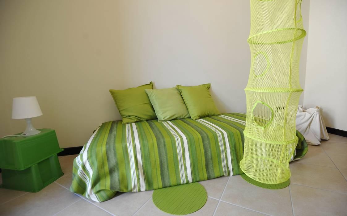 cameretta: Camera da letto in stile  di Gabriella Sala   Home Staging & Relooking Specialist