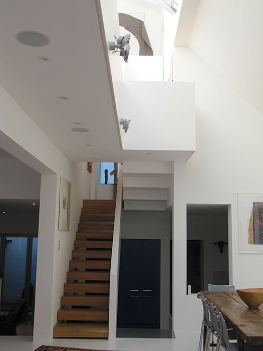 The stairs and gallery Modern corridor, hallway & stairs by 4D Studio Architects and Interior Designers Modern