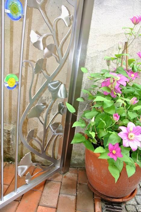 Edelstahl Ginkgo Türdesign:  Garten von Edelstahl Atelier Crouse - Stainless Steel Atelier