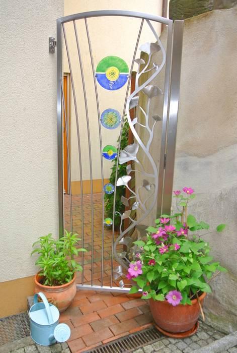 Ginkgo Edelstahl Gartentür Moderner Garten von Edelstahl Atelier Crouse: Modern