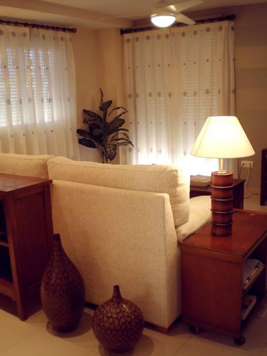 Vista trasera del salón Salones de estilo colonial de Paco Escrivá Muebles Colonial