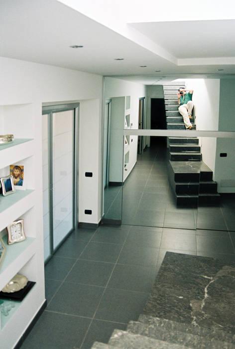 Riconfigurazione degli ambienti interni di una vecchia abitazione Ingresso, Corridoio & Scale in stile moderno di Studio di Architettura e Design Moderno