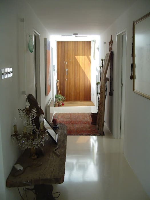 Entrance hall with top-light:  Corridor & hallway by 4D Studio Architects and Interior Designers, Modern
