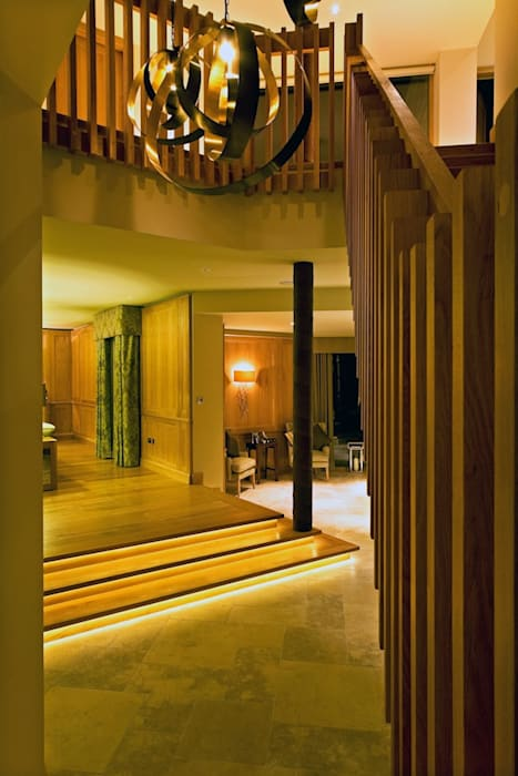 The hallway:  Corridor & hallway by Brilliant Lighting