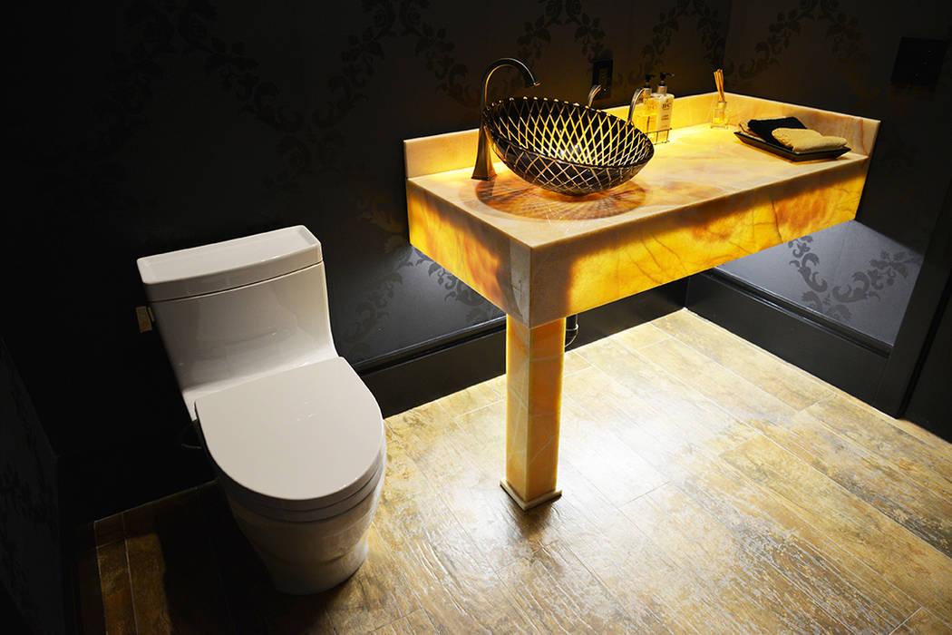 Baños de estilo  por Erika Winters® Design,