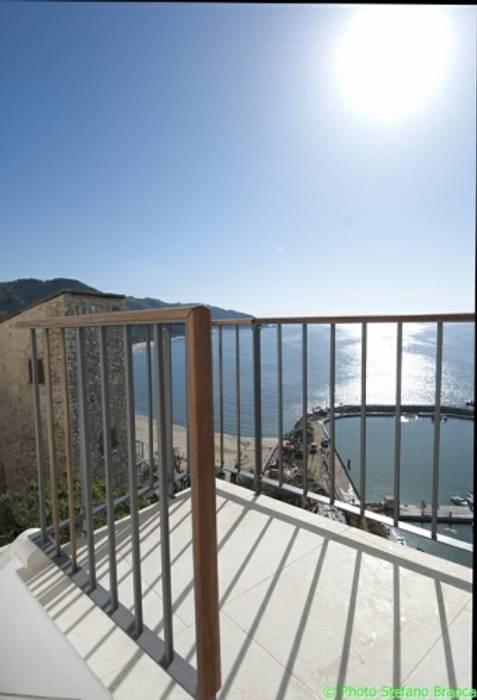 casa dentro le mura: Terrazza in stile  di laboratorio di architettura - gianfranco mangiarotti