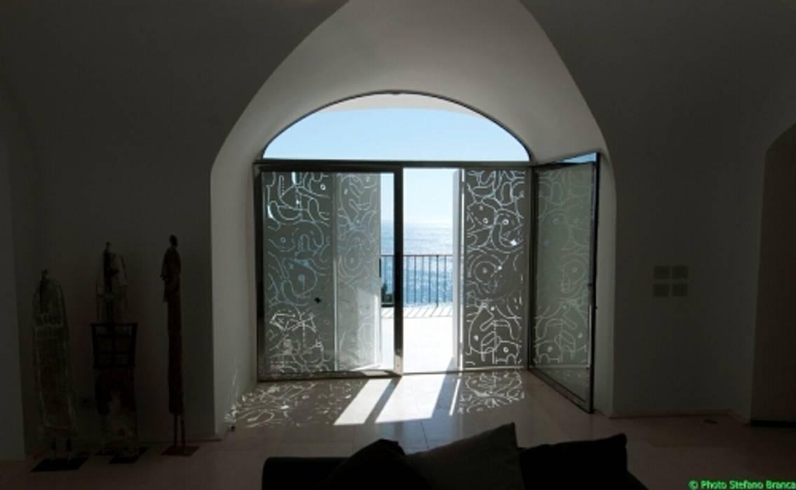 casa dentro le mura: Camera da letto in stile in stile Mediterraneo di laboratorio di architettura - gianfranco mangiarotti