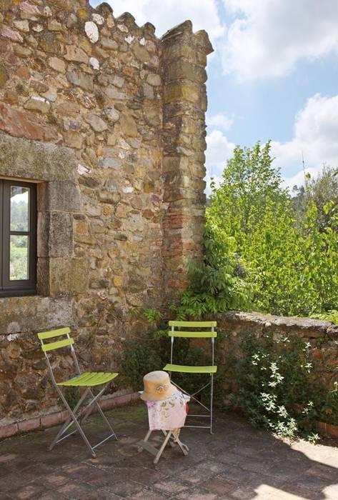 Detalle exterior vivienda rústica: Jardines de estilo  de OutSide BCN LED Lighting