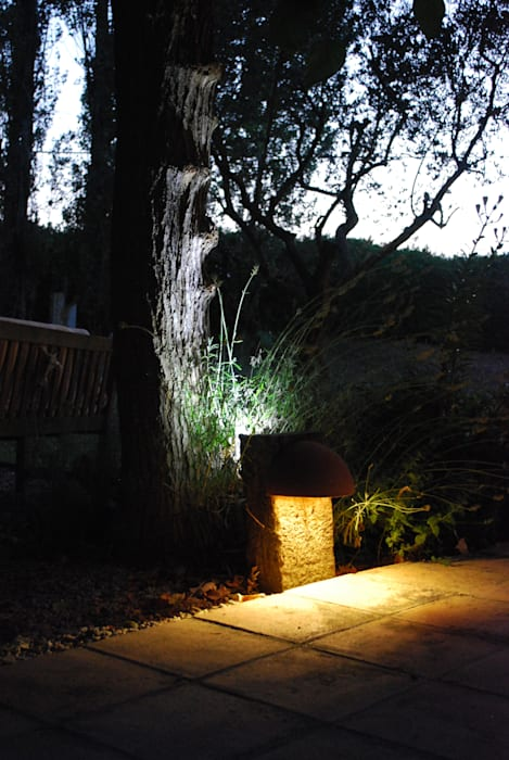 Detalle iluminación exterior OutSide Tech Light Jardines de estilo rústico