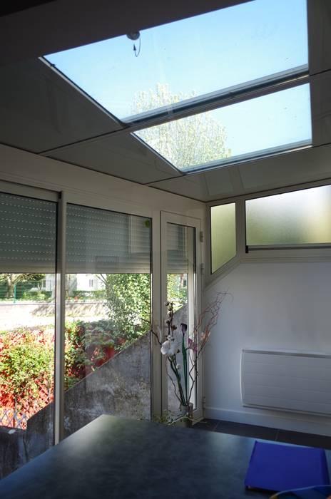 L'extension sur cour.: Terrasse de style  par Christèle BRIER Architechniques