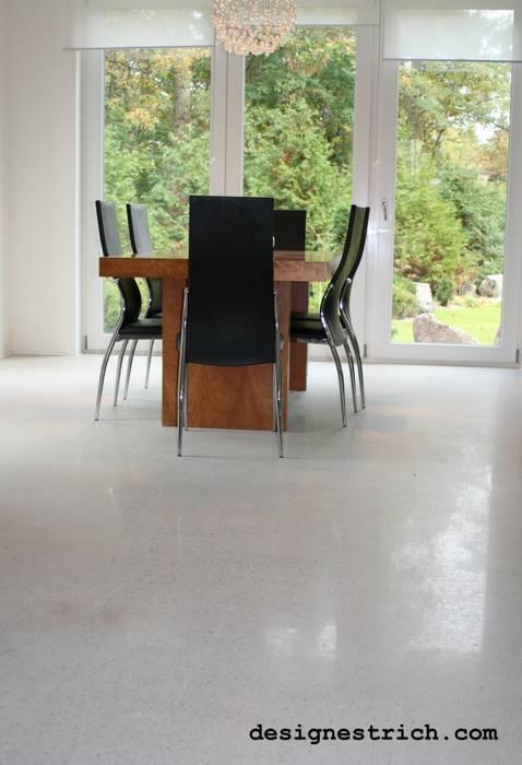 Designestrich in einer Villa in Wandlitz Moderne Wohnzimmer von EPT Baugesellschaft mbH & Co. KG Modern