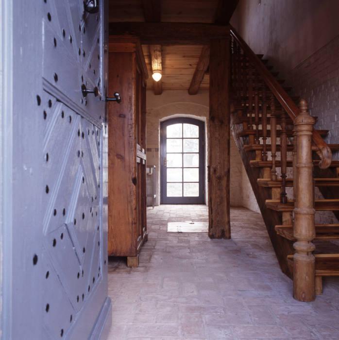 Eingangsbereich Rustikaler Flur, Diele & Treppenhaus von Gabriele Riesner Architektin Rustikal