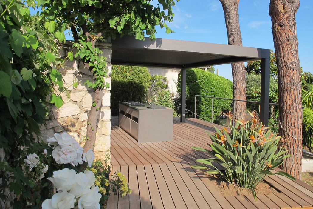 Pergola bioclimatique: Terrasse de style  par INSIDE Création,