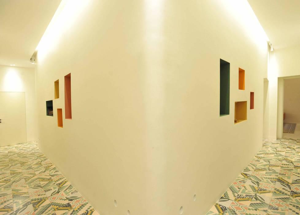 B+P architetti Modern Corridor, Hallway and Staircase